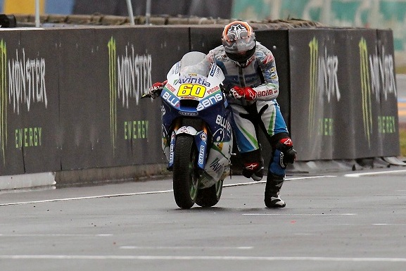Simón shows determination and still takes three points after pushing his bike over the finish line